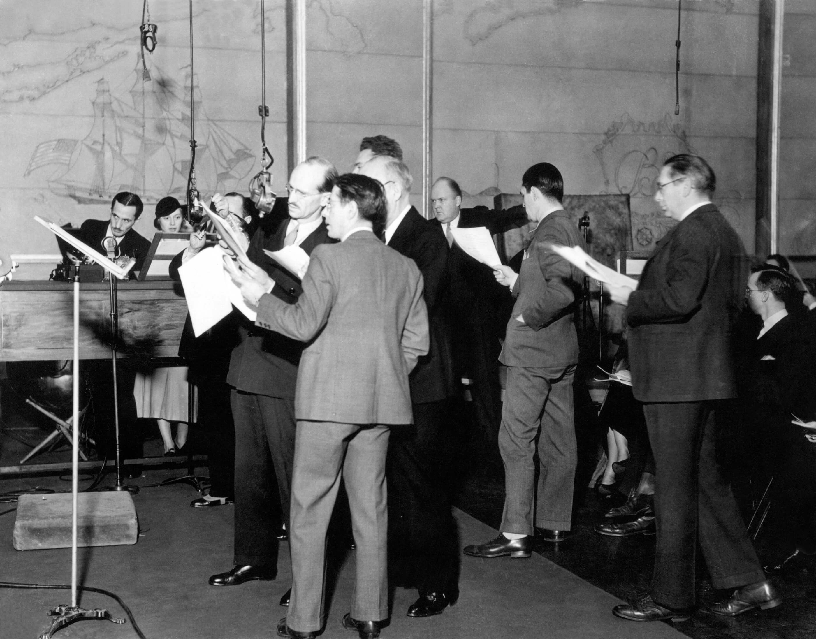 marchoftime-actors-microphone_domainepublic_promocbs1931-37s